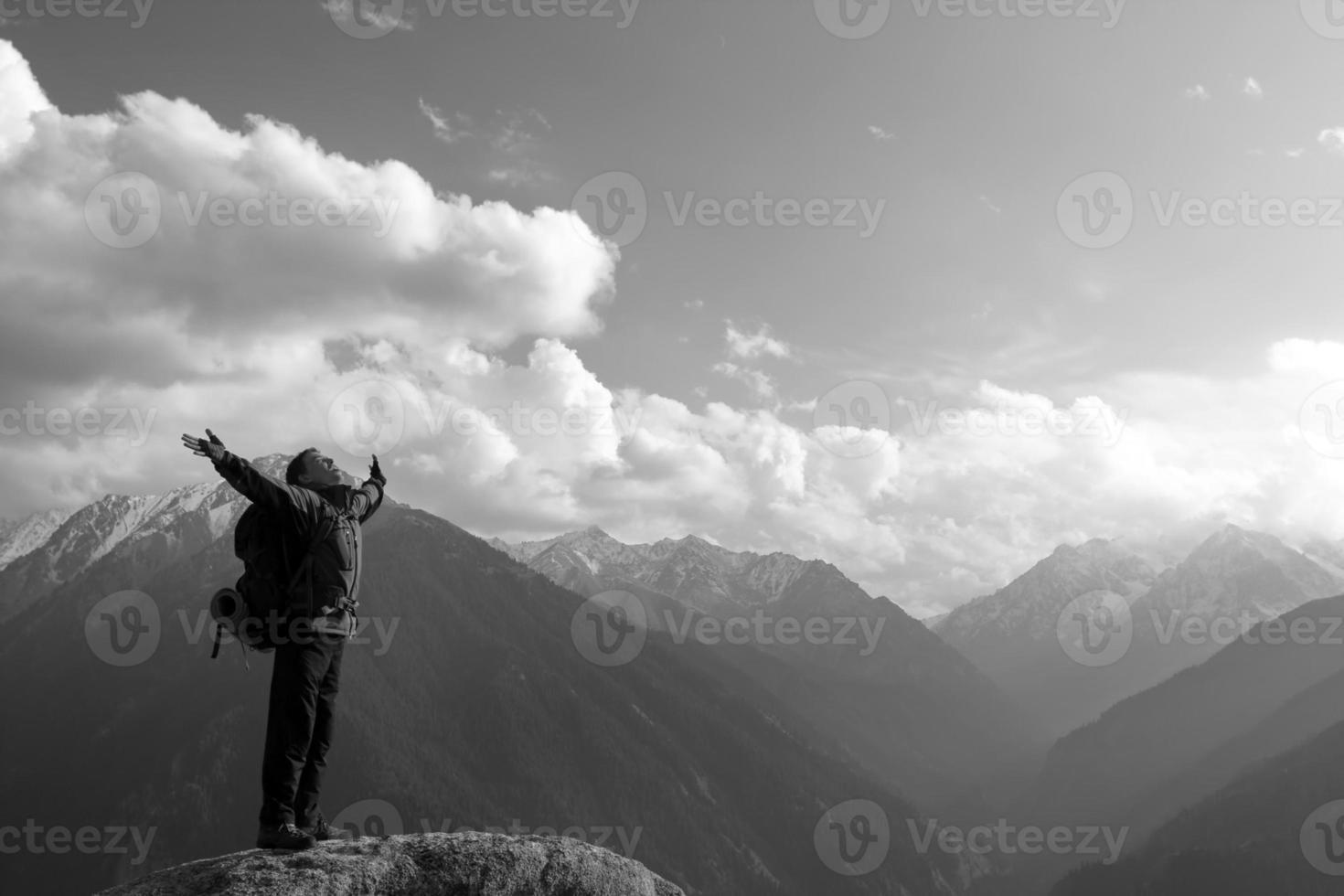 arrampicare giovane adulto in cima al vertice foto