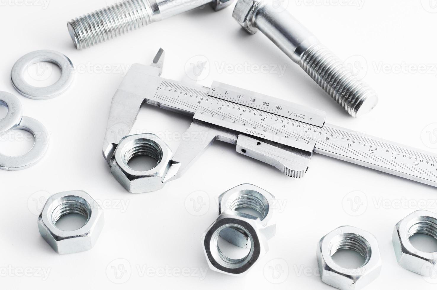 misurazione dell'industria di bulloni e dadi. misurazione con calibro a corsoio foto