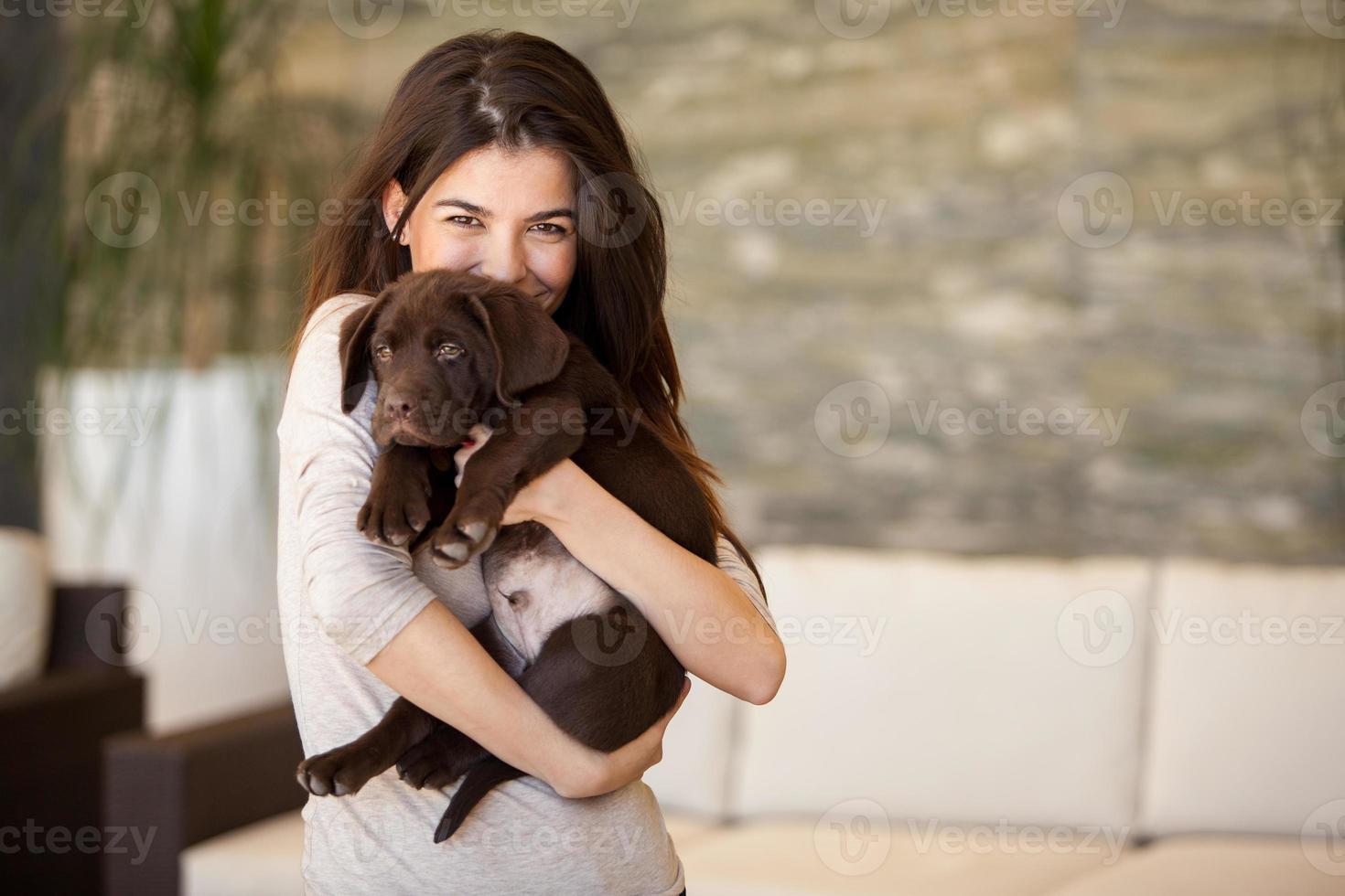 bellissima giovane donna e il suo cucciolo foto