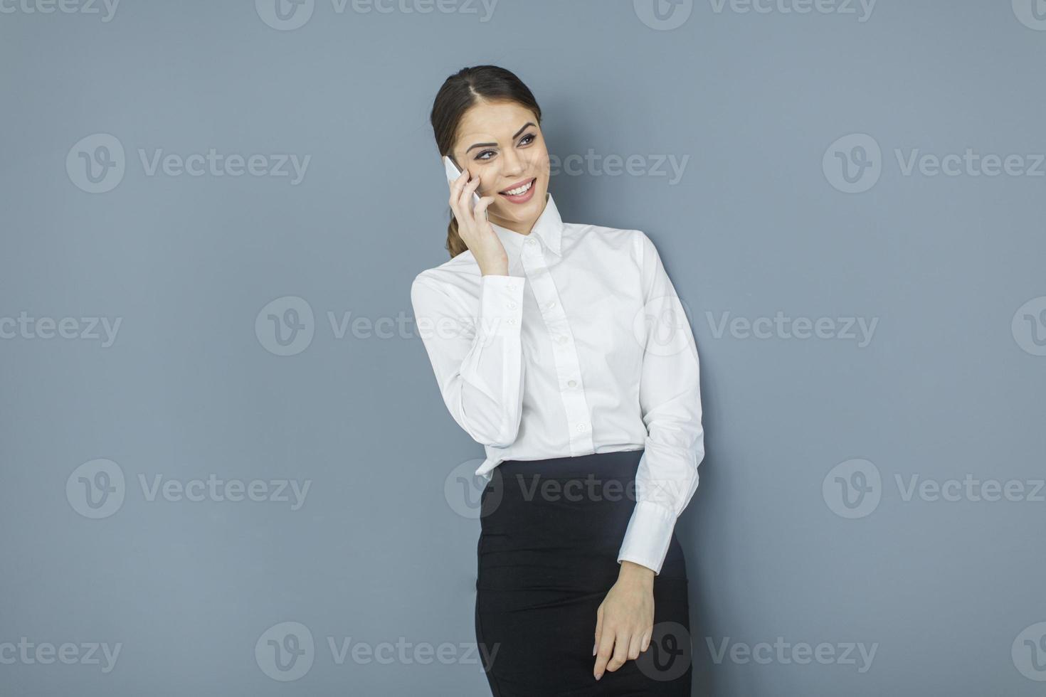 giovane donna vicino al muro foto