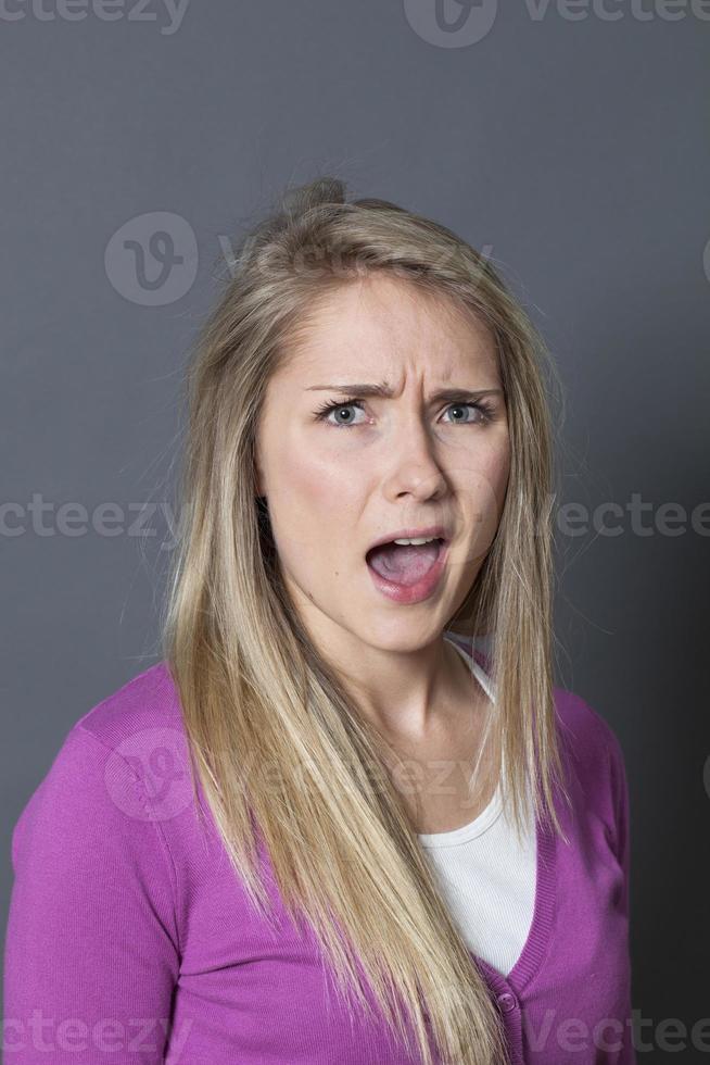 giovane donna bionda infelice che si lamenta forte foto