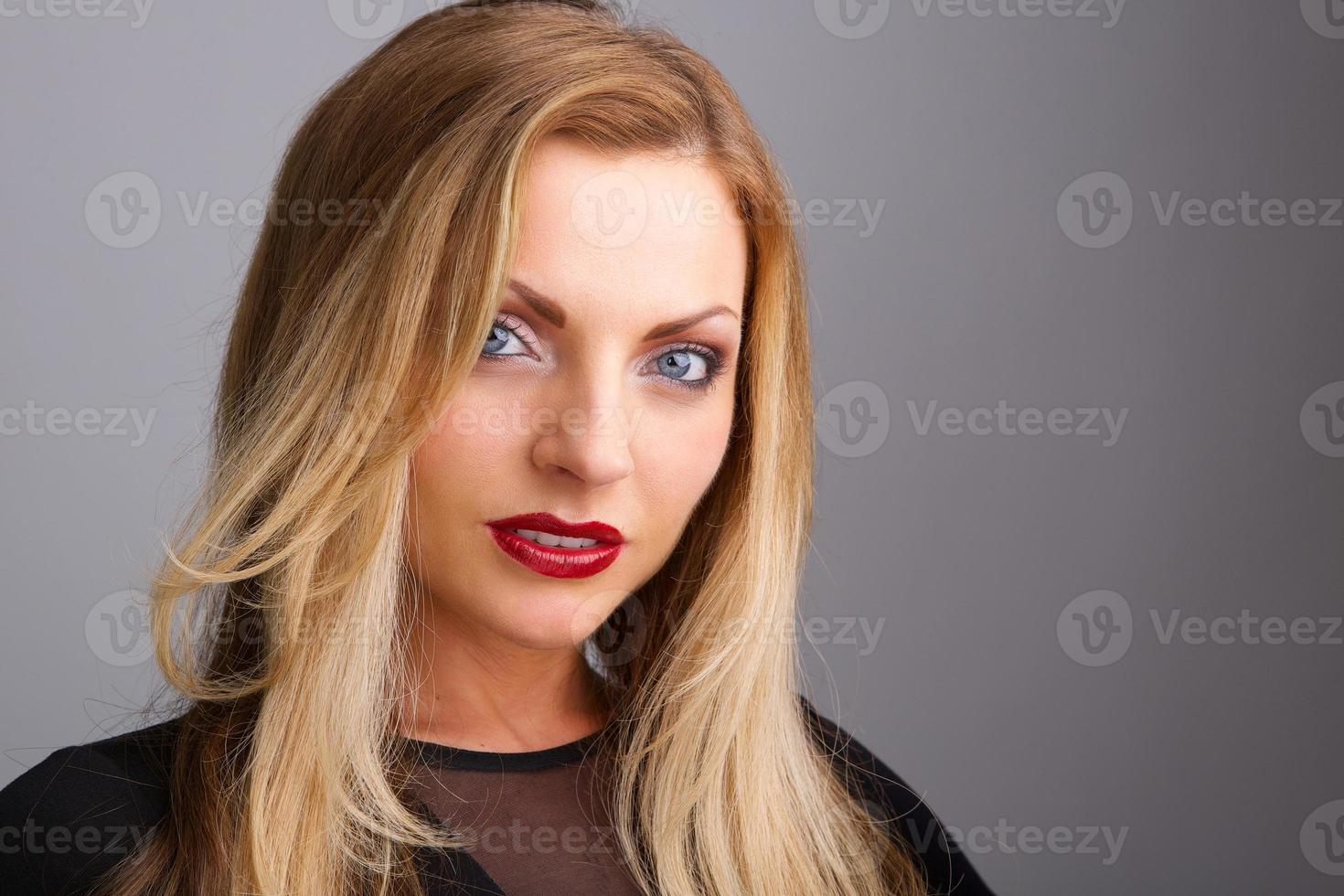 giovane donna con rossetto rosso foto