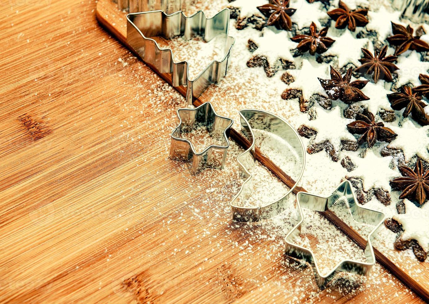 formine per biscotti e stelle alla cannella. immagine tonica stile vintage foto