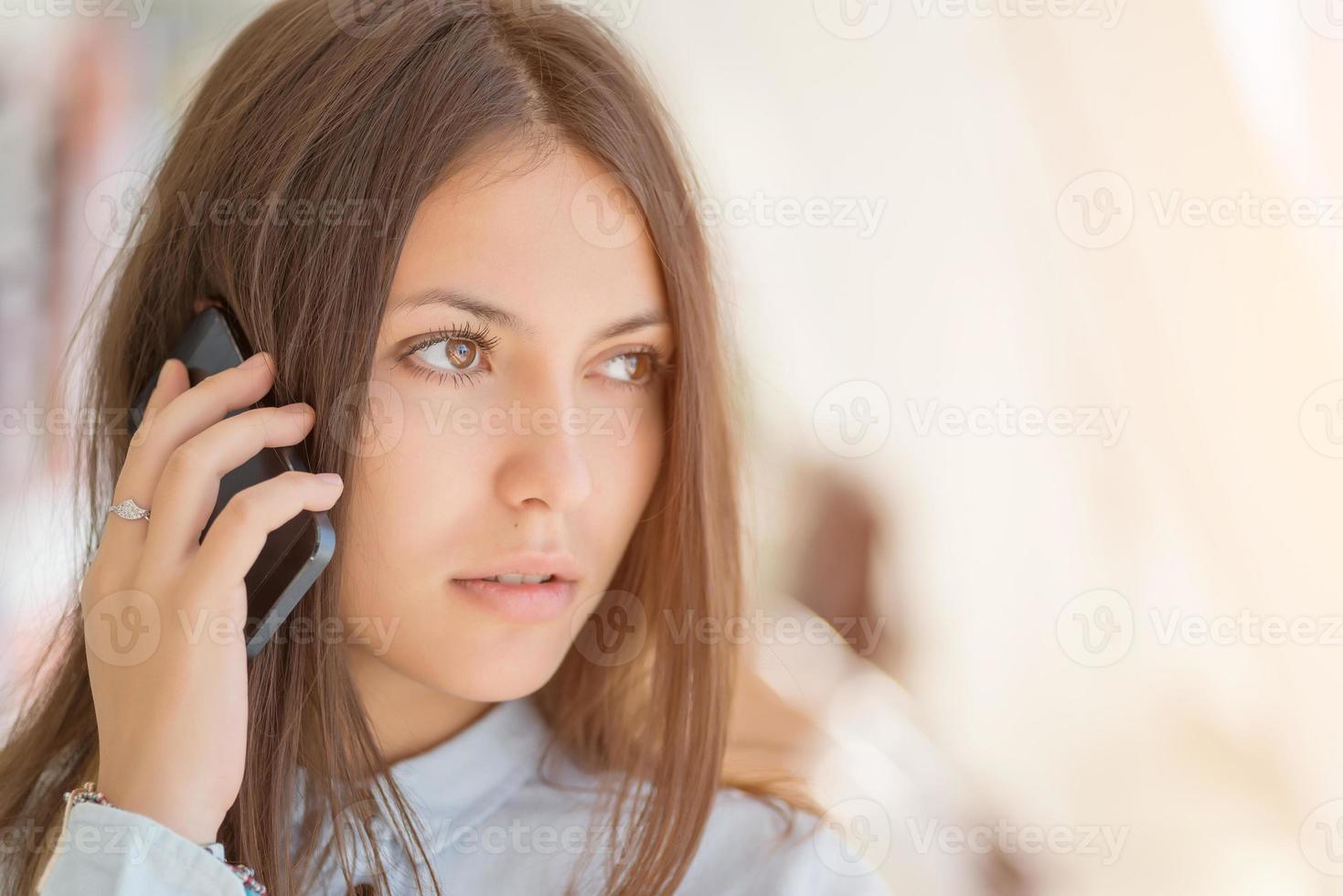 giovane donna che parla al telefono. foto