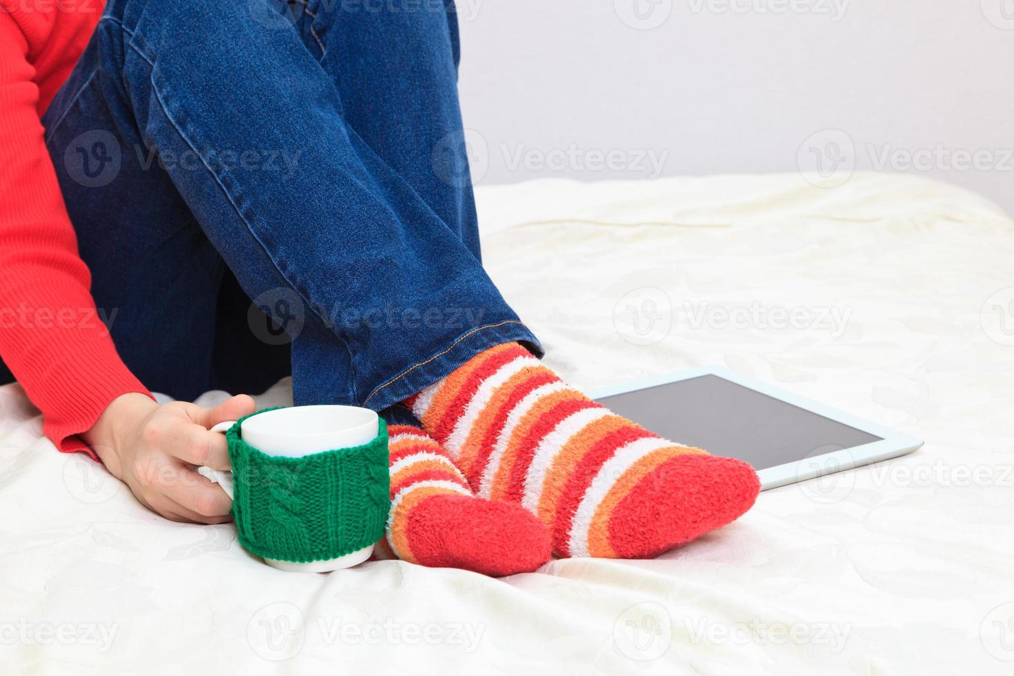 giovane seduto con tazza e tablet pc foto