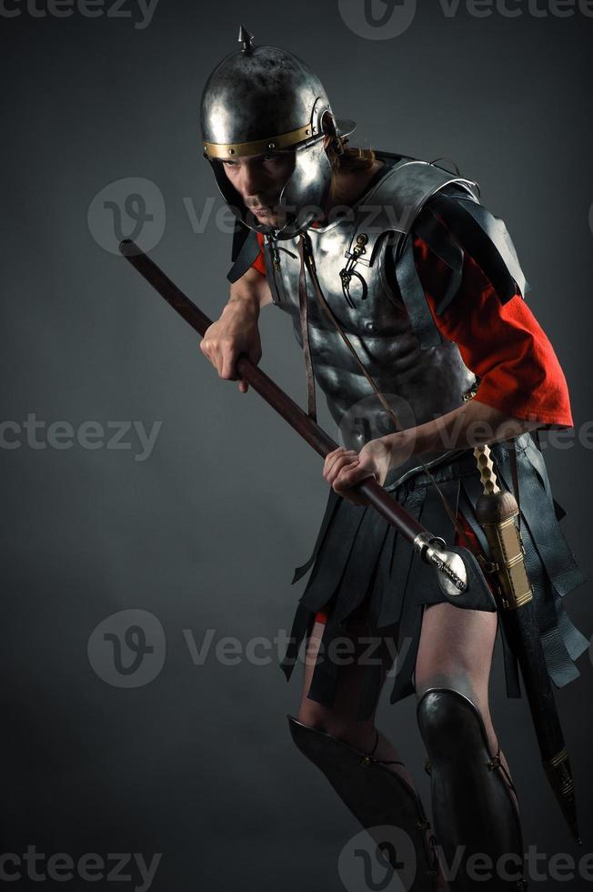 brutale guerriero in armatura con una lancia in mano foto