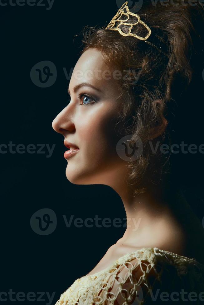profilo di giovane donna su sfondo nero foto