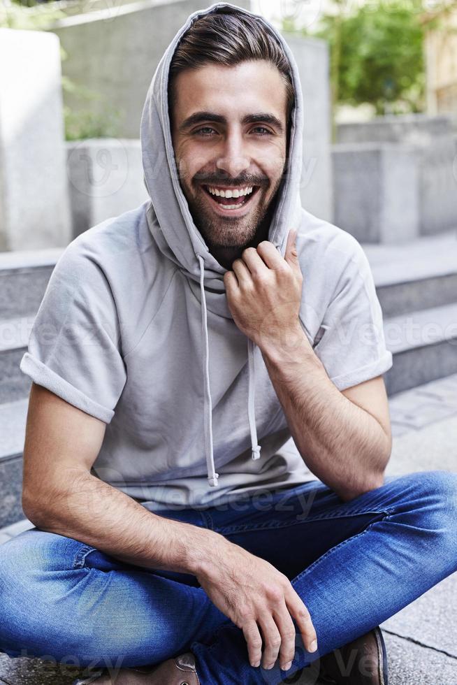 uomo che ride in felpa con cappuccio foto