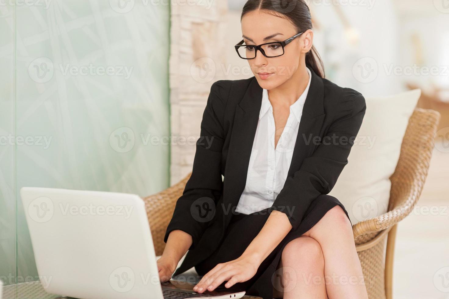 donna d'affari fiduciosa e di successo. foto