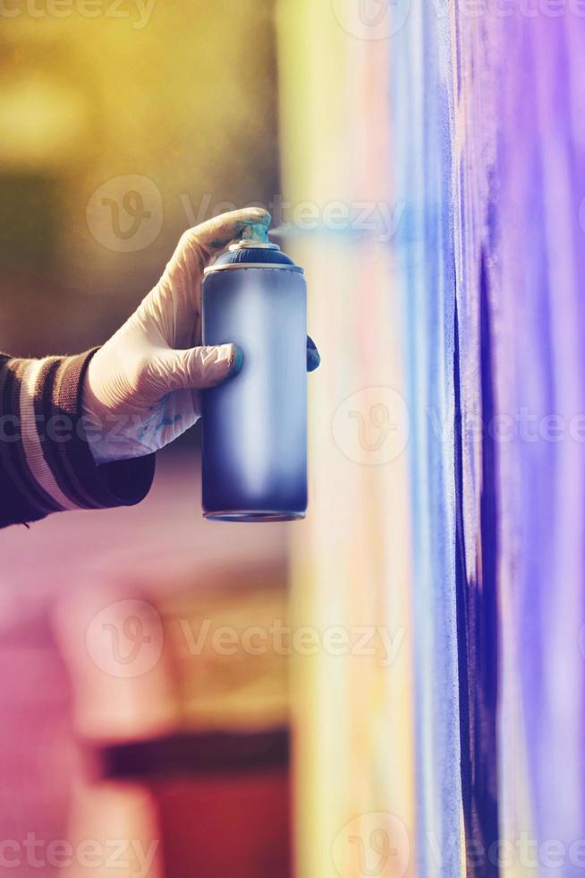 pittura dell'artista dei graffiti che spruzza il muro foto