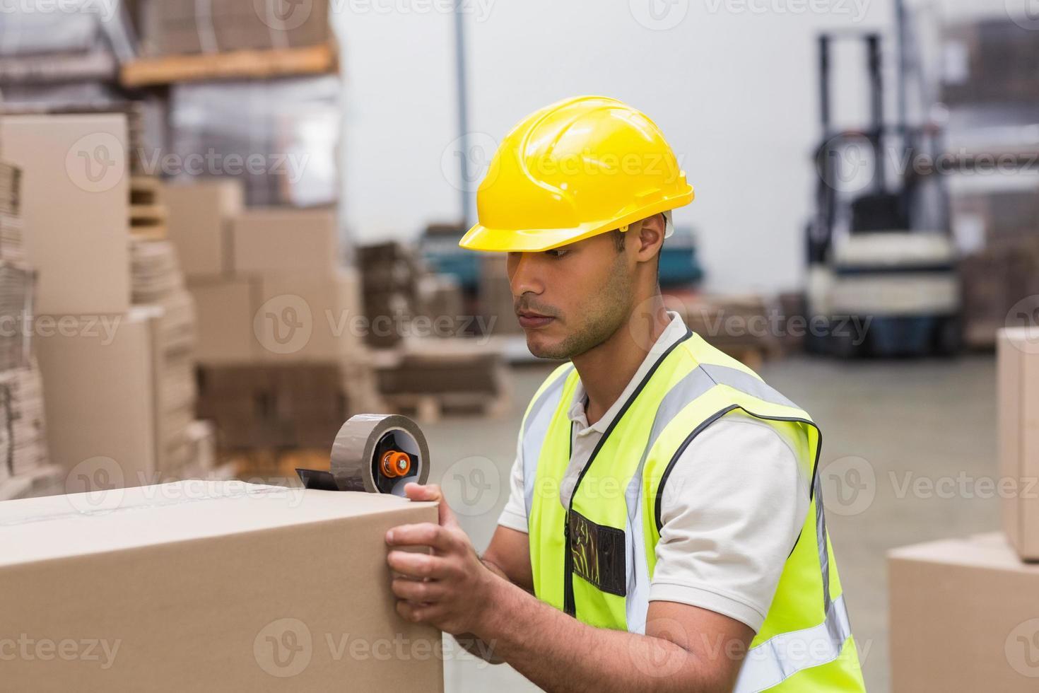 lavoratore che prepara merci per la spedizione foto