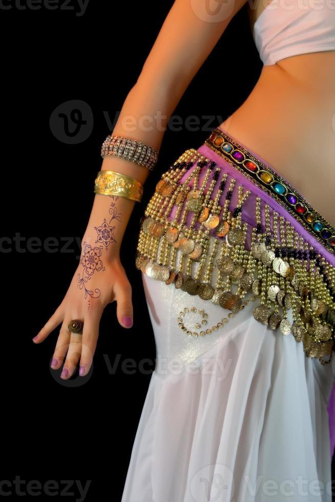 giovane danzatrice del ventre, metà sezione, primo piano dell'addome foto