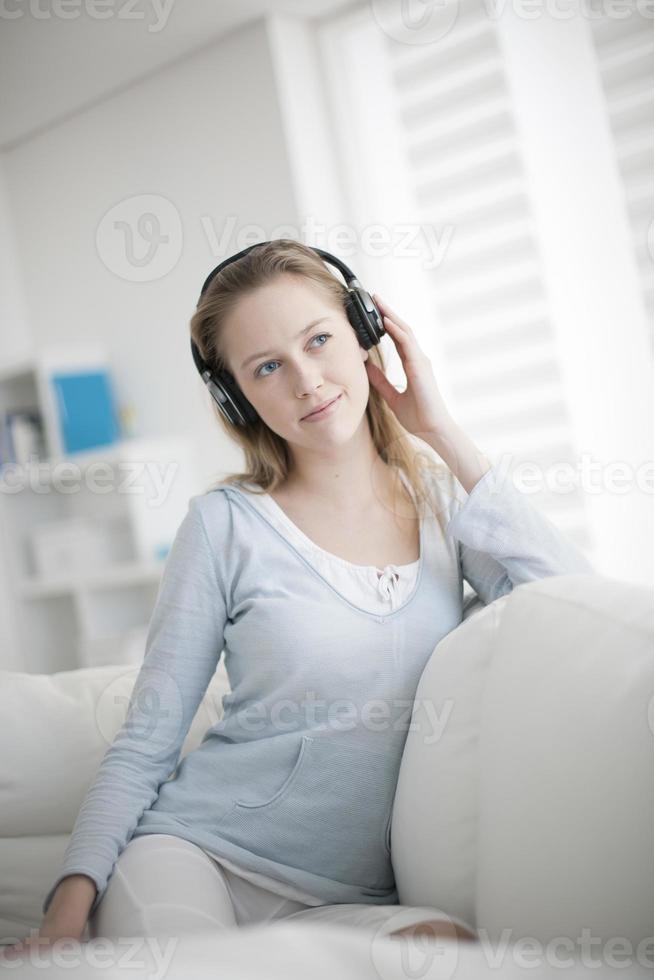giovane donna che ascolta la musica su una tavoletta digitale foto