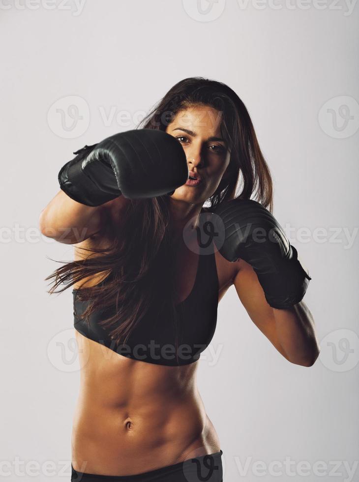 pugilato di addestramento della giovane donna di sport foto