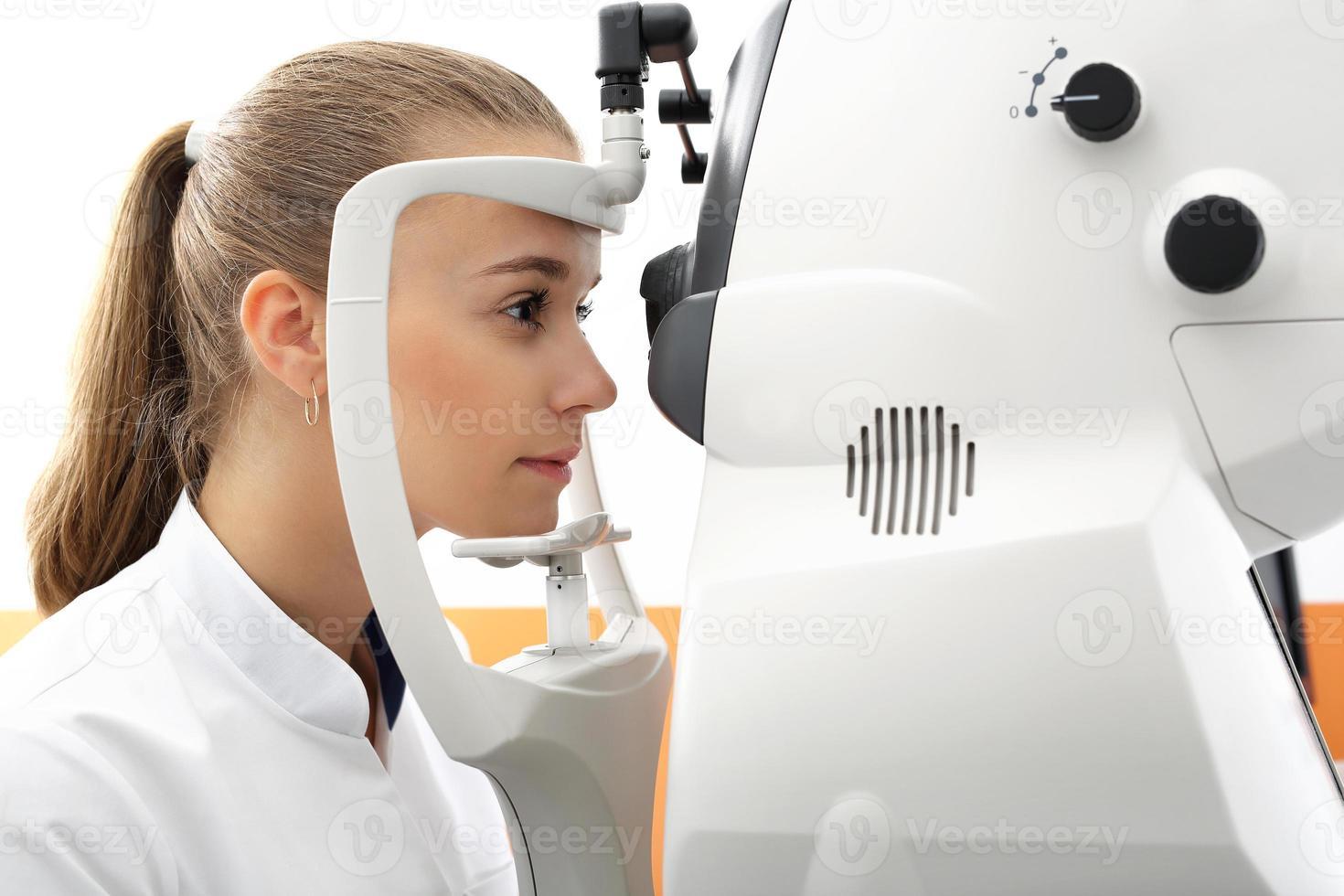 esame oculistico, il paziente in clinica oculistica foto
