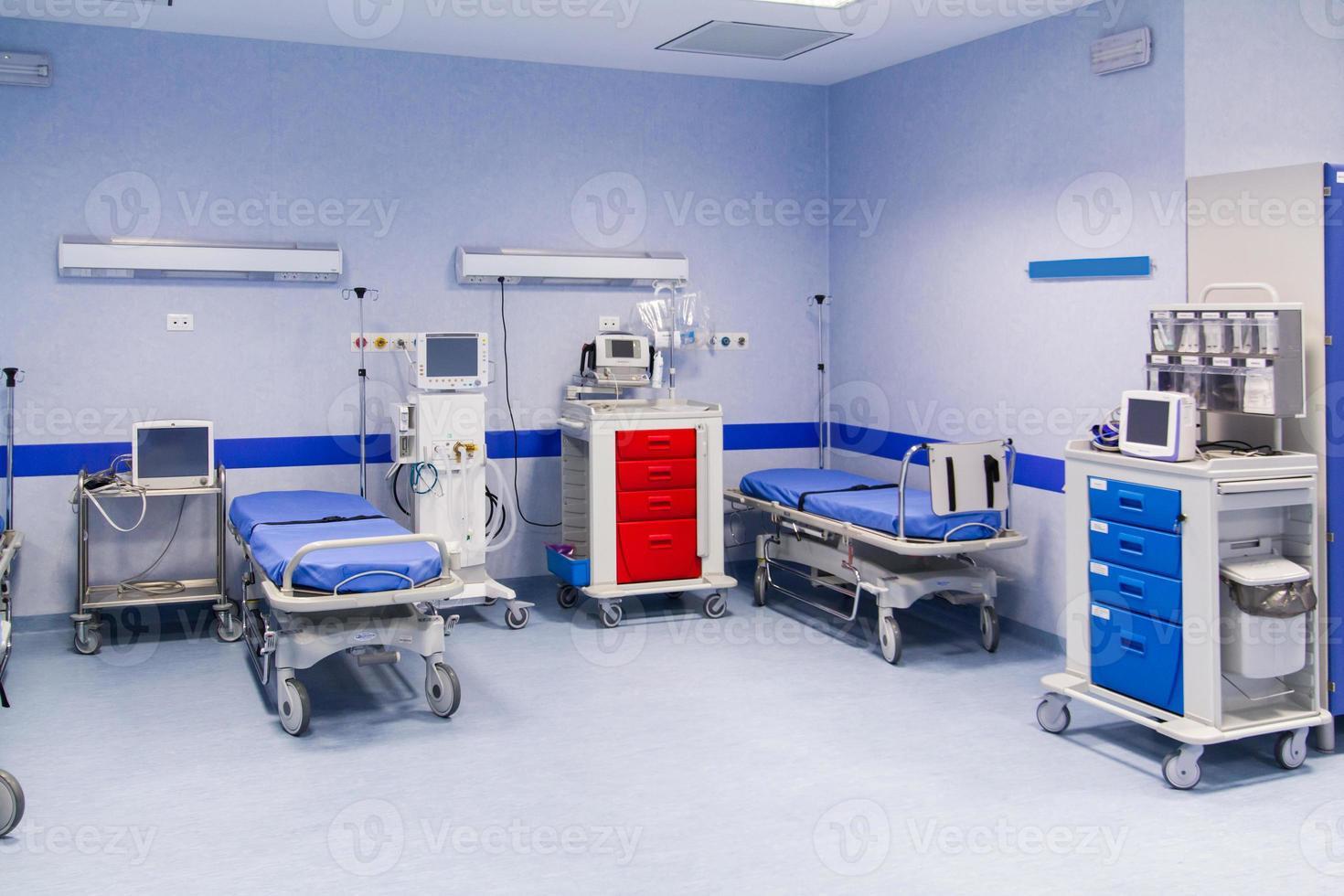 letti d'ospedale coperti di blu foto
