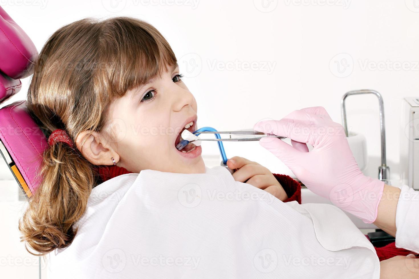 bambina paziente dal dentista foto