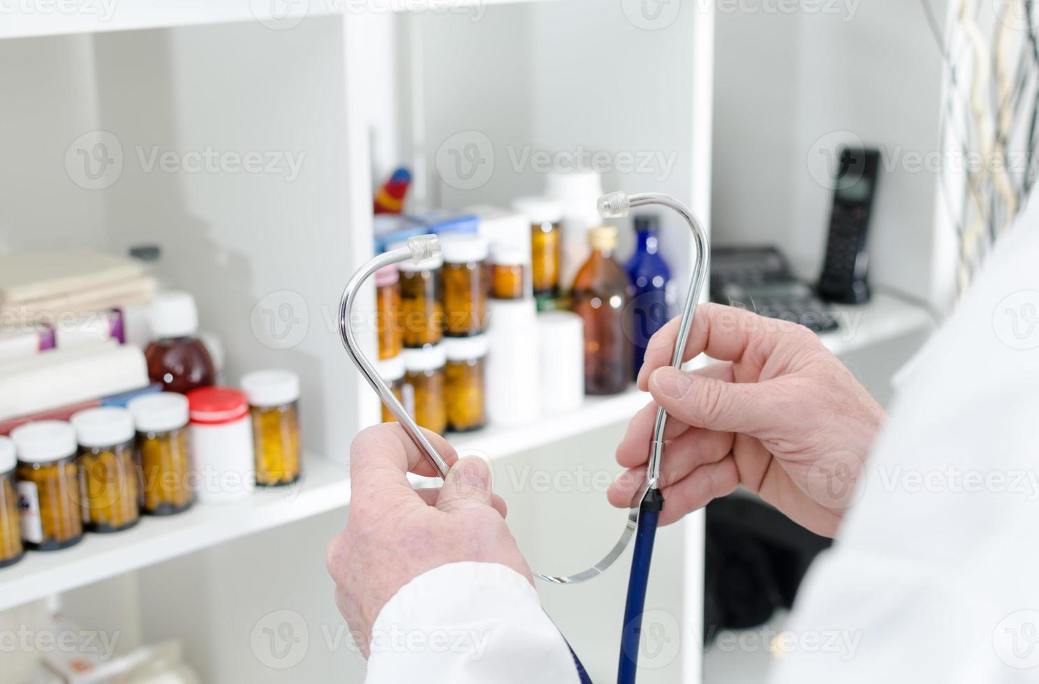 medico in possesso di uno stetoscopio foto
