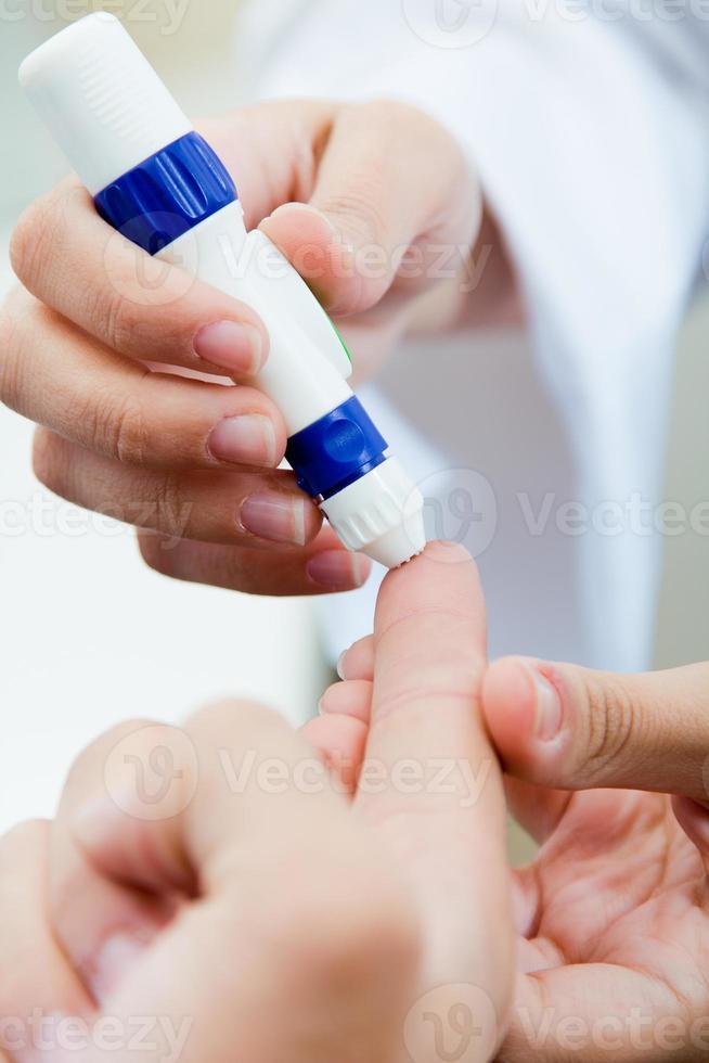 glicemia di controllo del diabete con test del glucosio foto