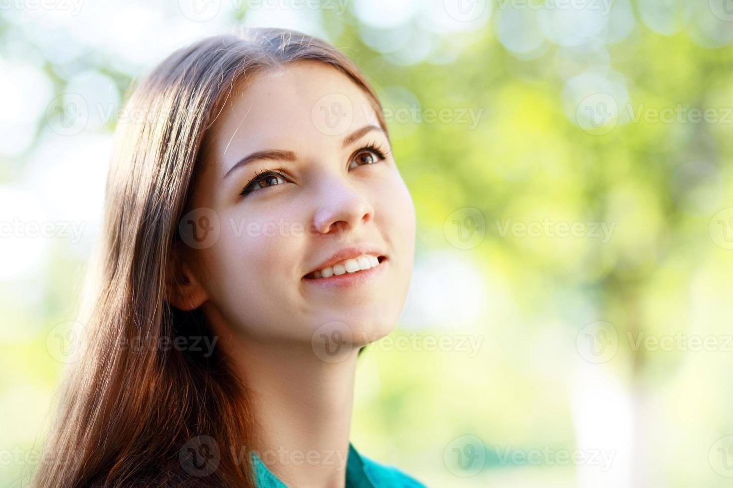 ragazza adolescente alla ricerca foto