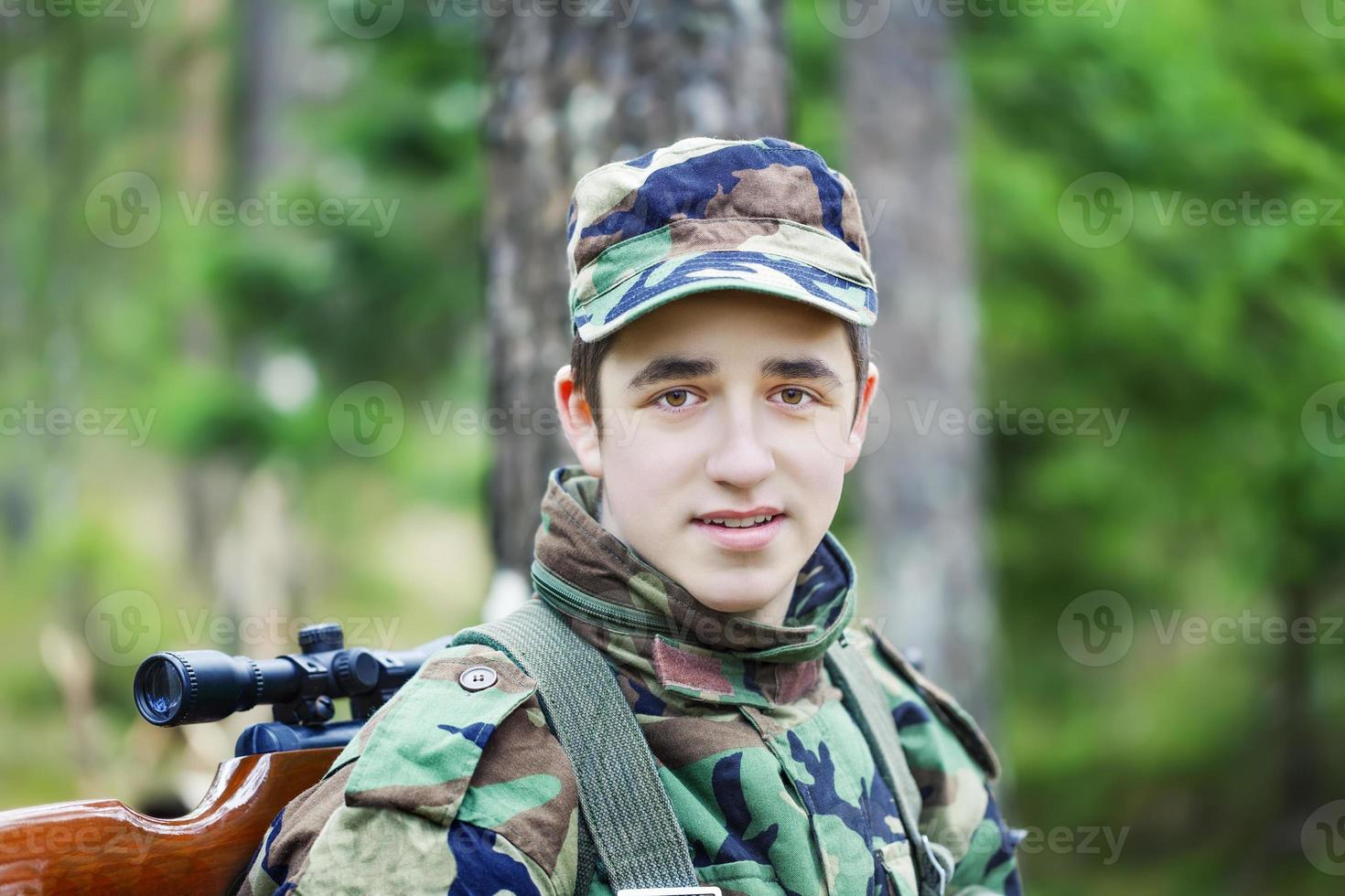 giovane recluta con fucile ottico foto
