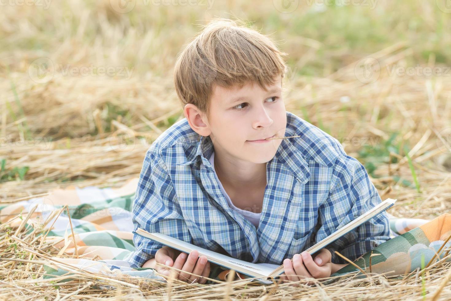 ragazzo sognando il libro di lettura foto