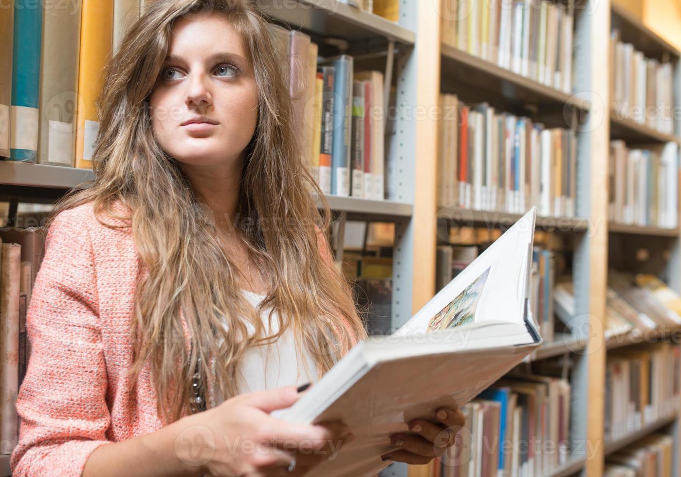 ritratto di una bella ragazza dentro una biblioteca foto