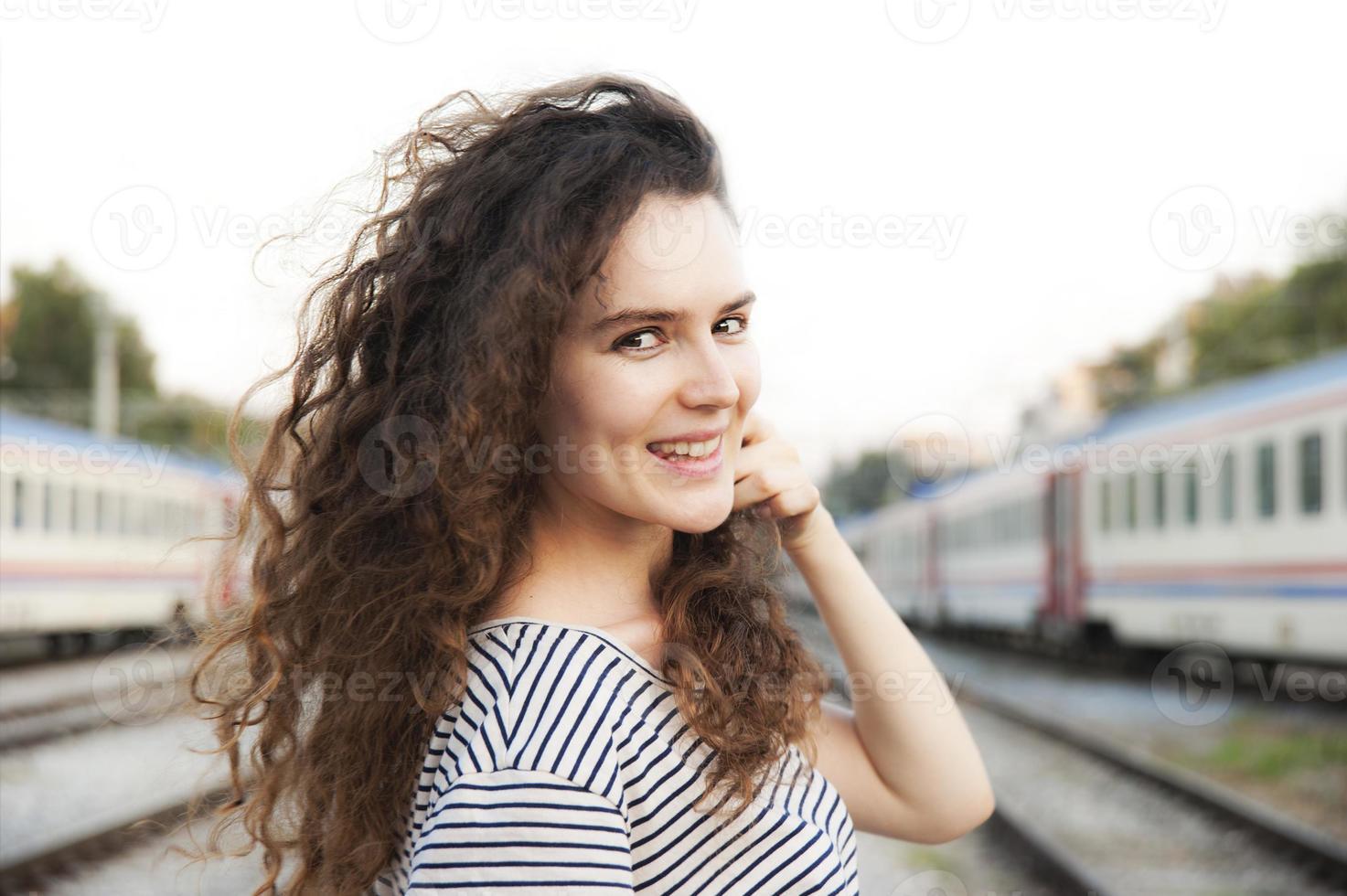 ragazza in una stazione ferroviaria foto