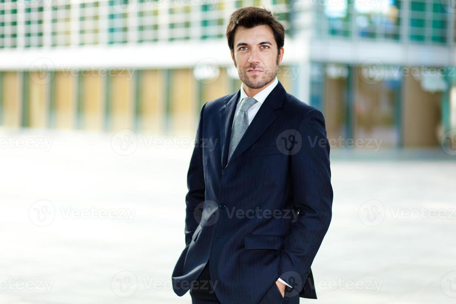 manager maschio fiducioso all'aperto foto