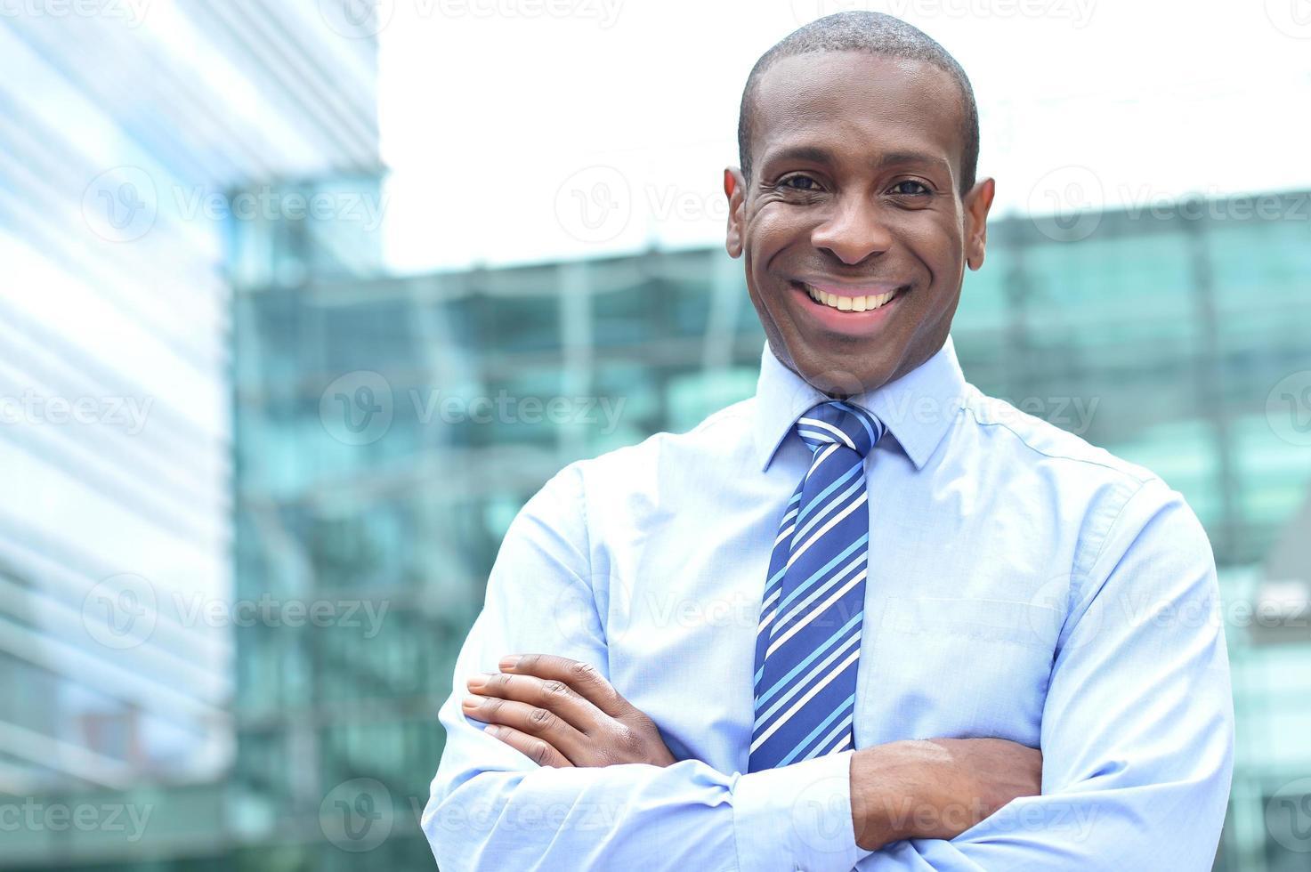 dirigente maschio sorridente all'aperto foto