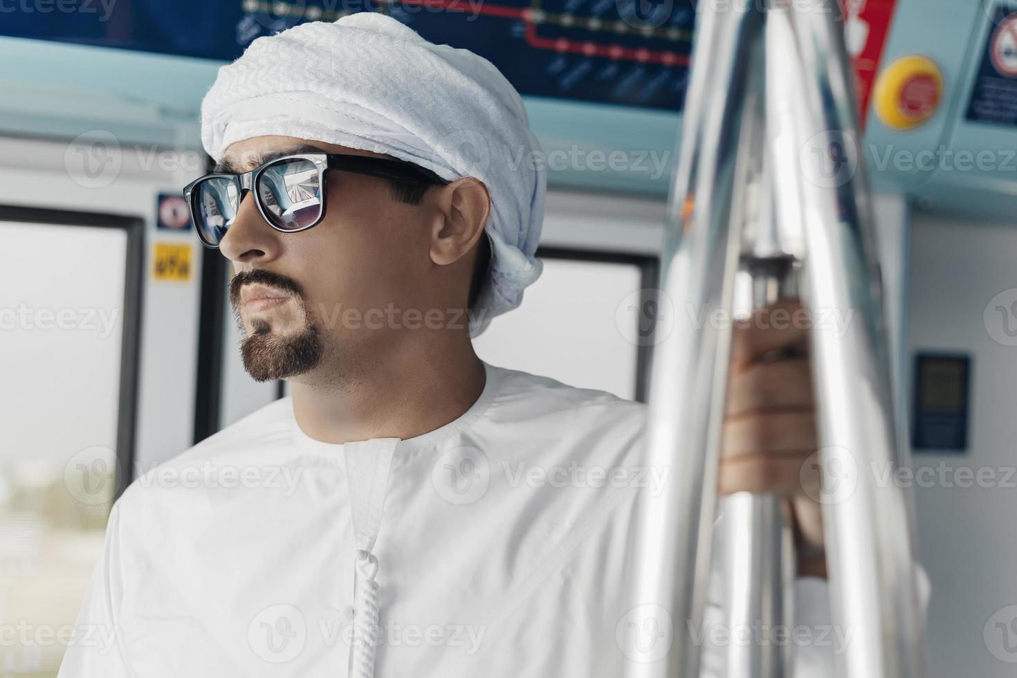 maschio arabo in treno della metropolitana foto