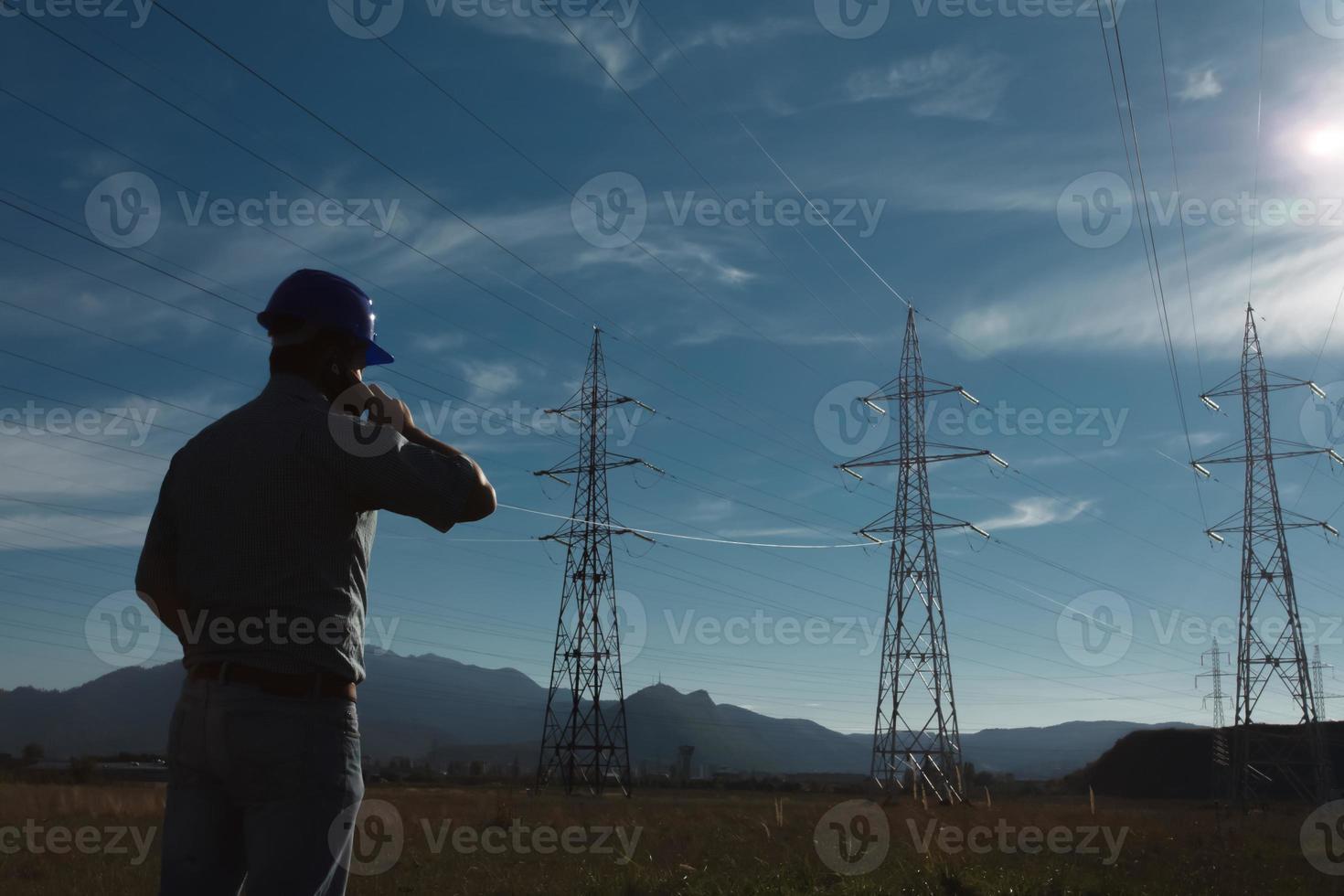 lavoratore maschio alla stazione elettrica foto