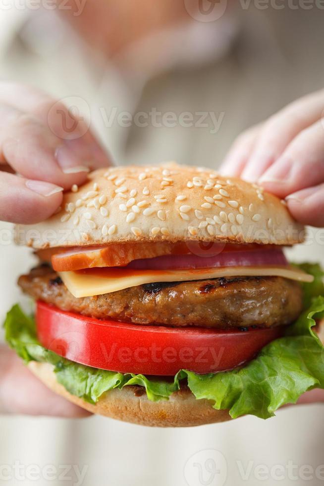 delizioso hamburger in mani maschili foto