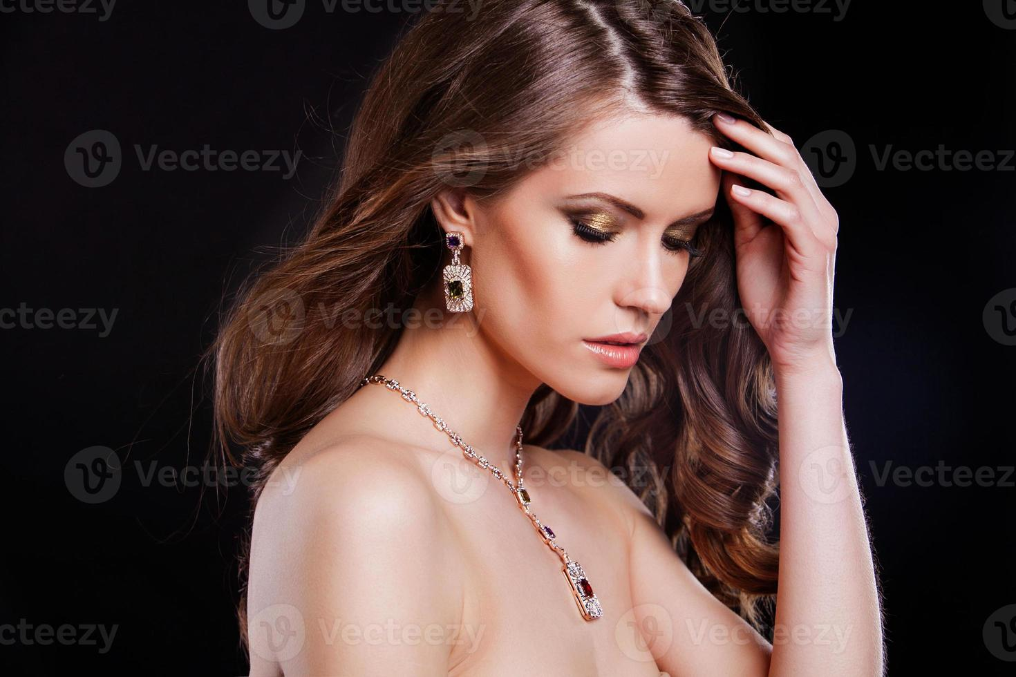 Ritratto di una bellissima modella con accessori di lusso foto