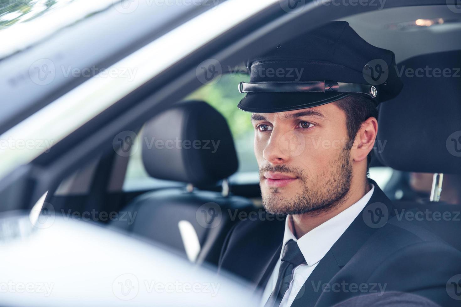 autista maschio seduto in una macchina foto