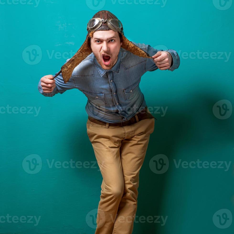pilota di moda maschile in studio foto