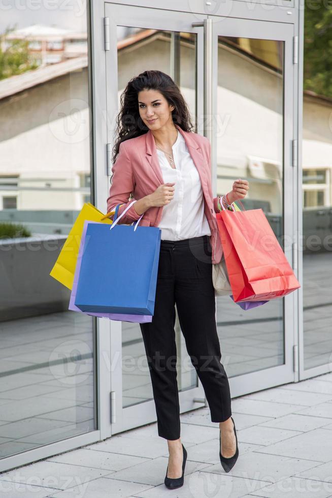 bella giovane donna nello shopping foto