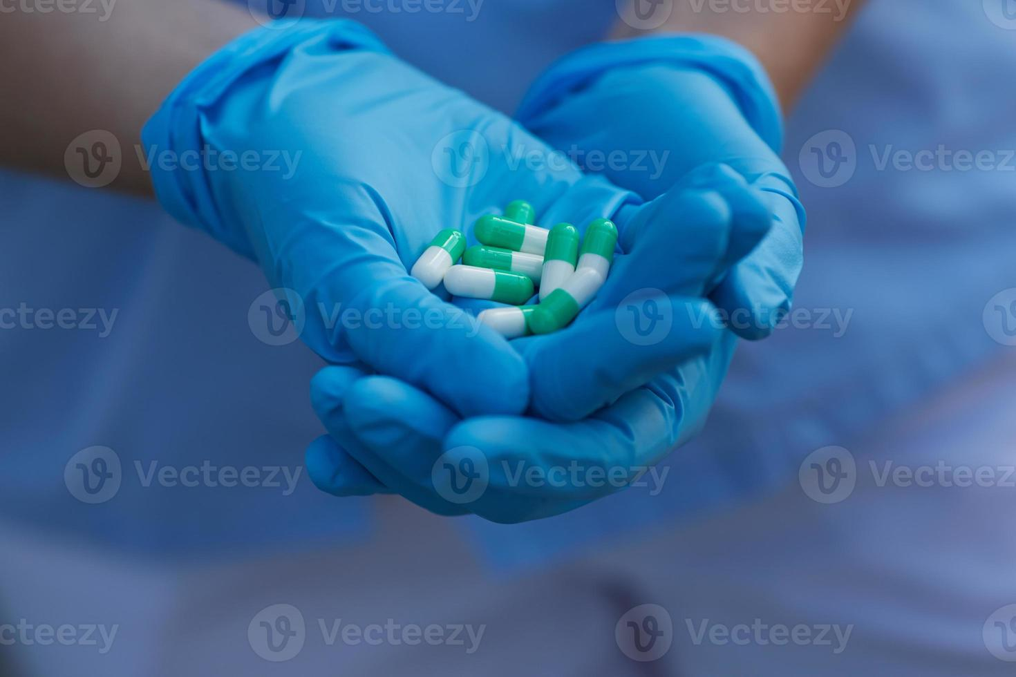 medico femminile che tiene le capsule della medicina foto