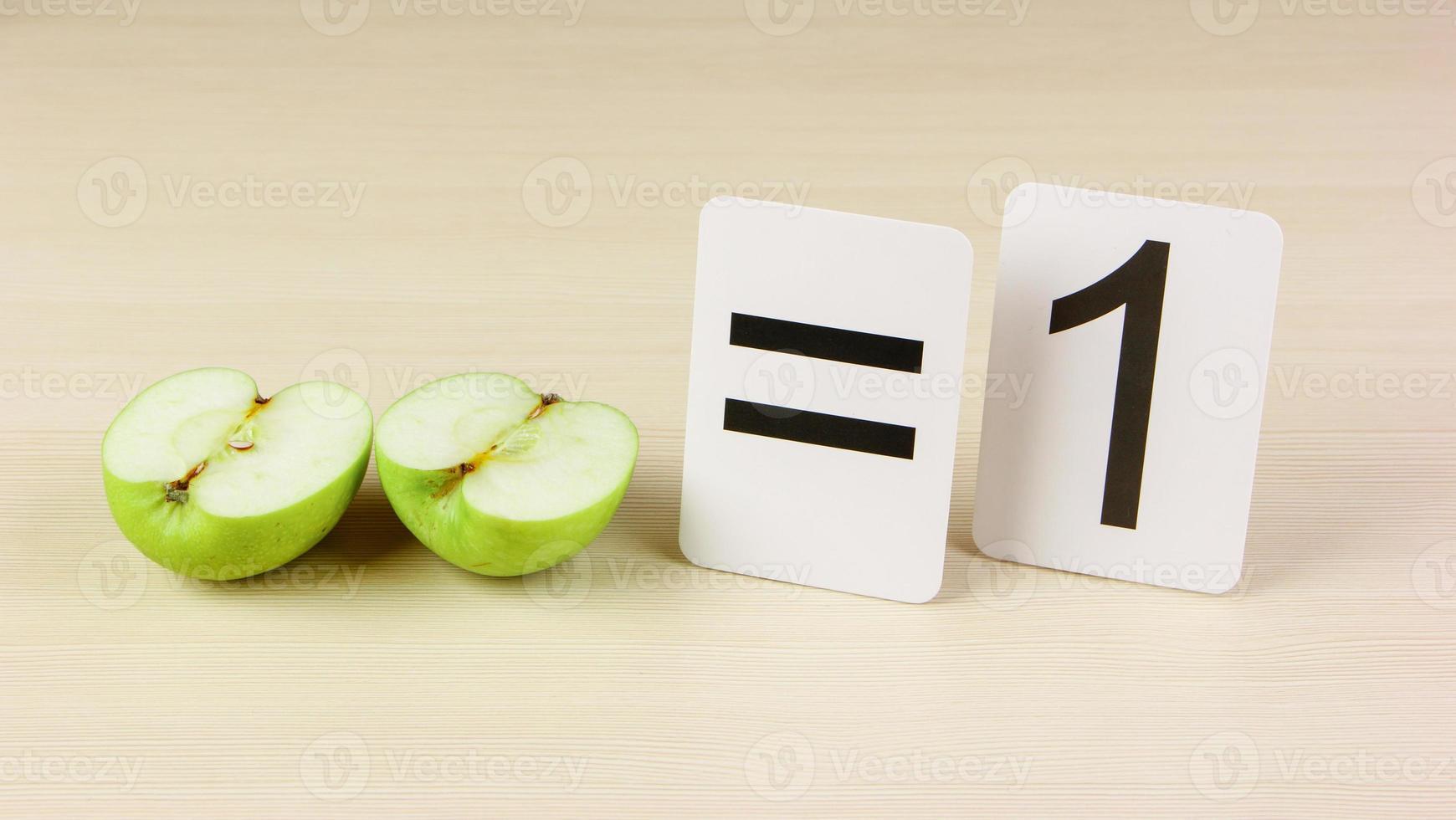 tessera scolastica e mela con problemi di matematica foto