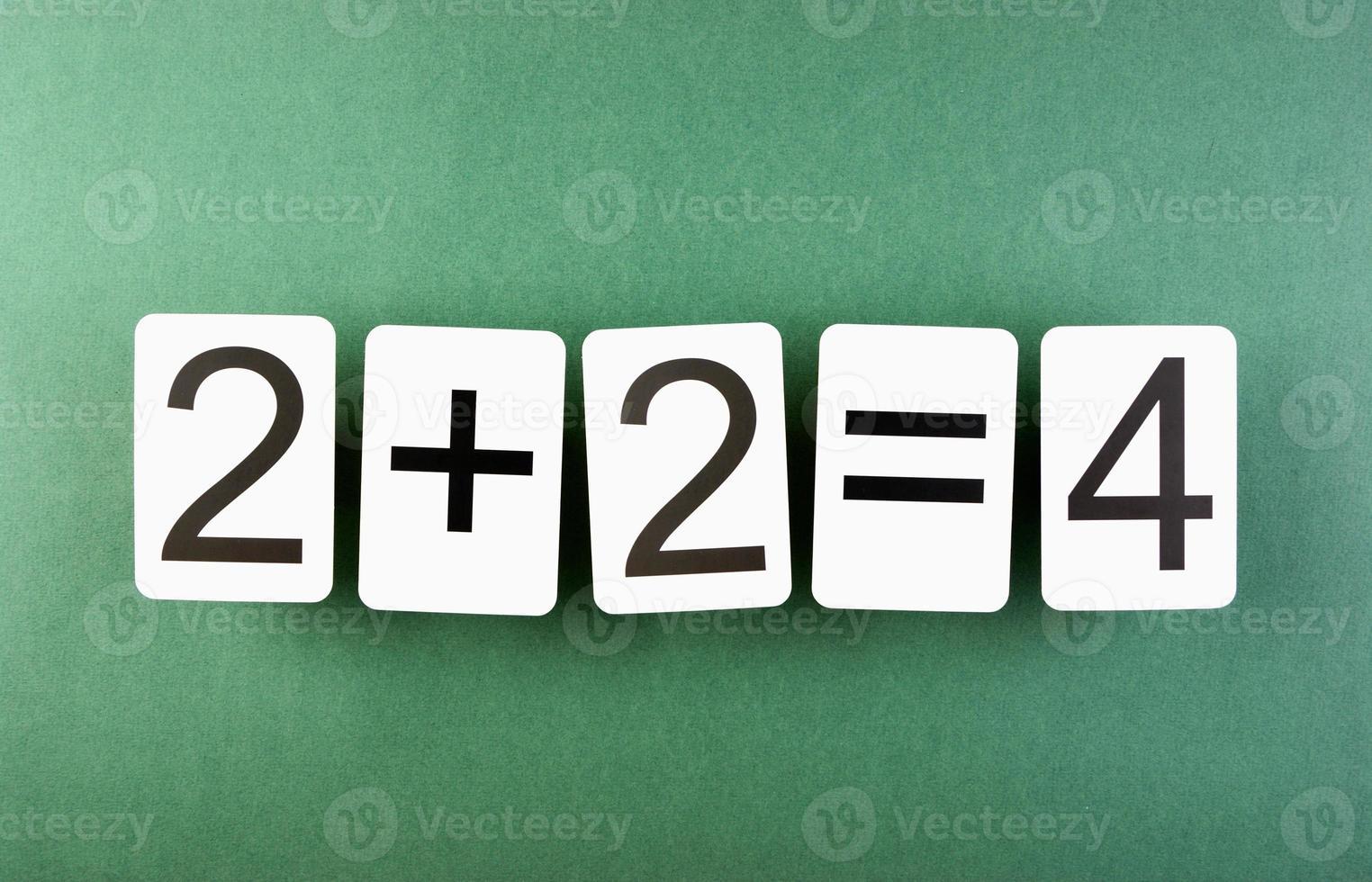 scheda di scuola con problemi di matematica sul tavolo foto