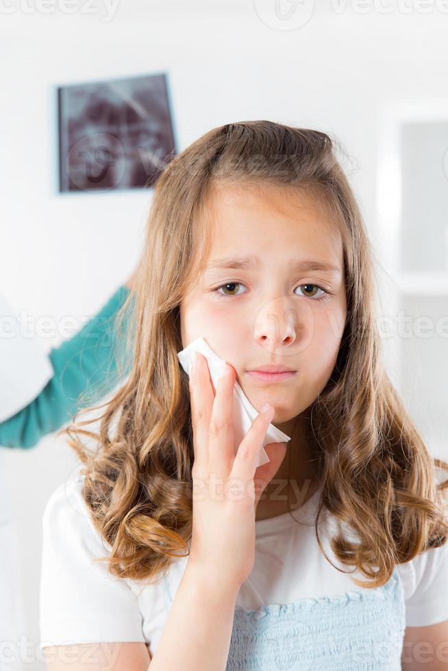 ragazza con mal di denti foto