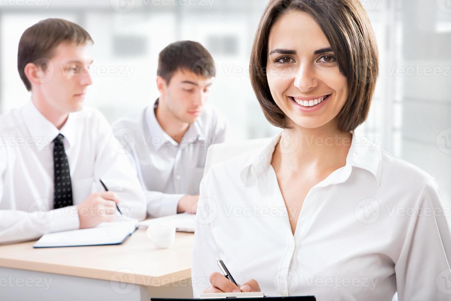 donna d'affari con il suo staff foto