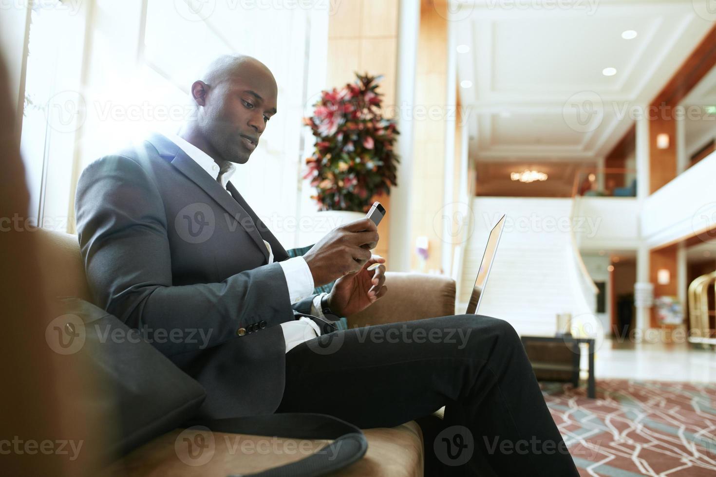 uomo d'affari africano in attesa nella hall dell'hotel foto