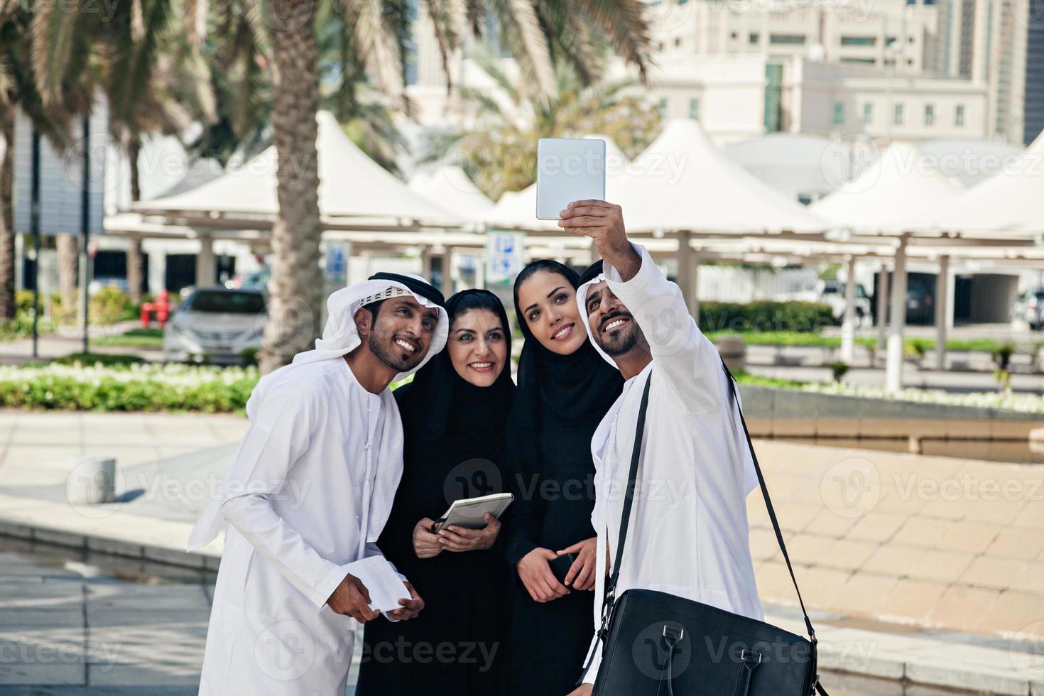 gruppo di uomini d'affari arabi prendendo selfie all'aperto foto