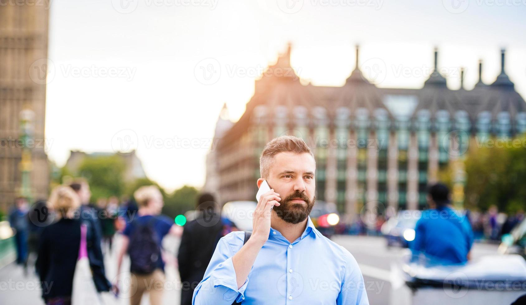 uomo con telefono intelligente foto