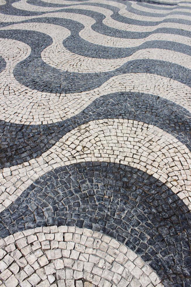 pavimentazione di design ondulato di ciottoli in piazza foto