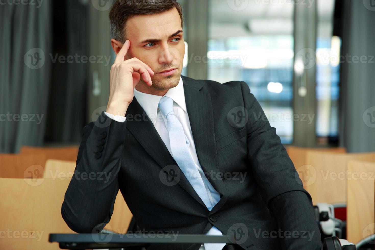 uomo d'affari in piedi presso la sala conferenze foto