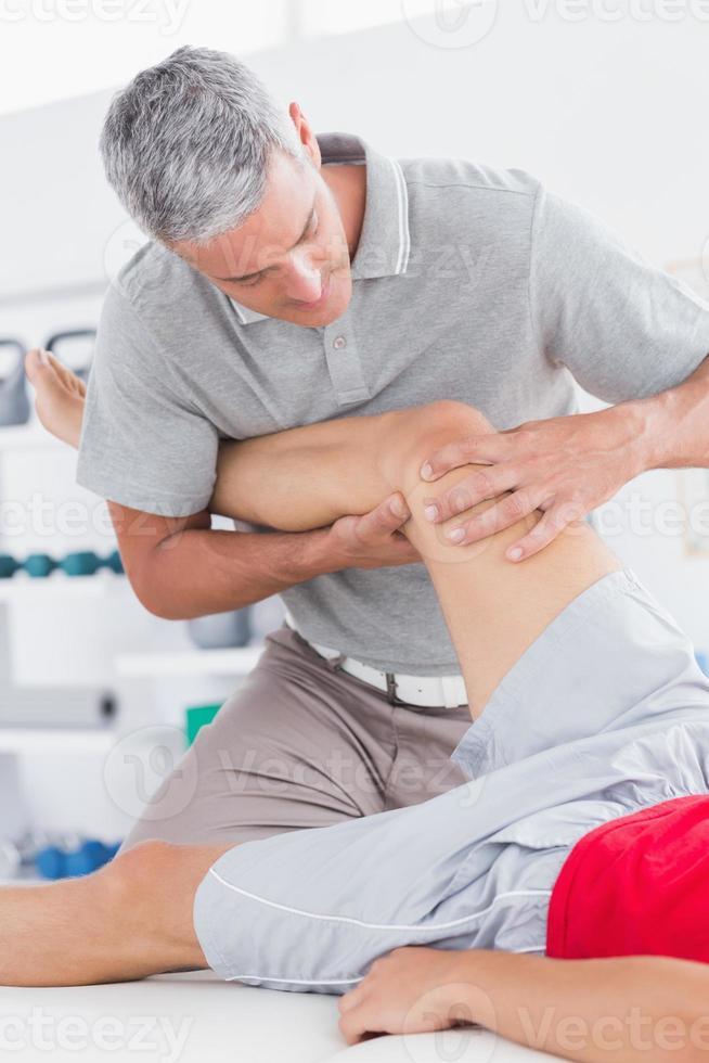 uomo con massaggio alle gambe foto