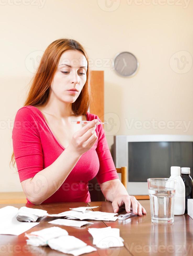 temperatura di misurazione della donna con il termometro a casa foto