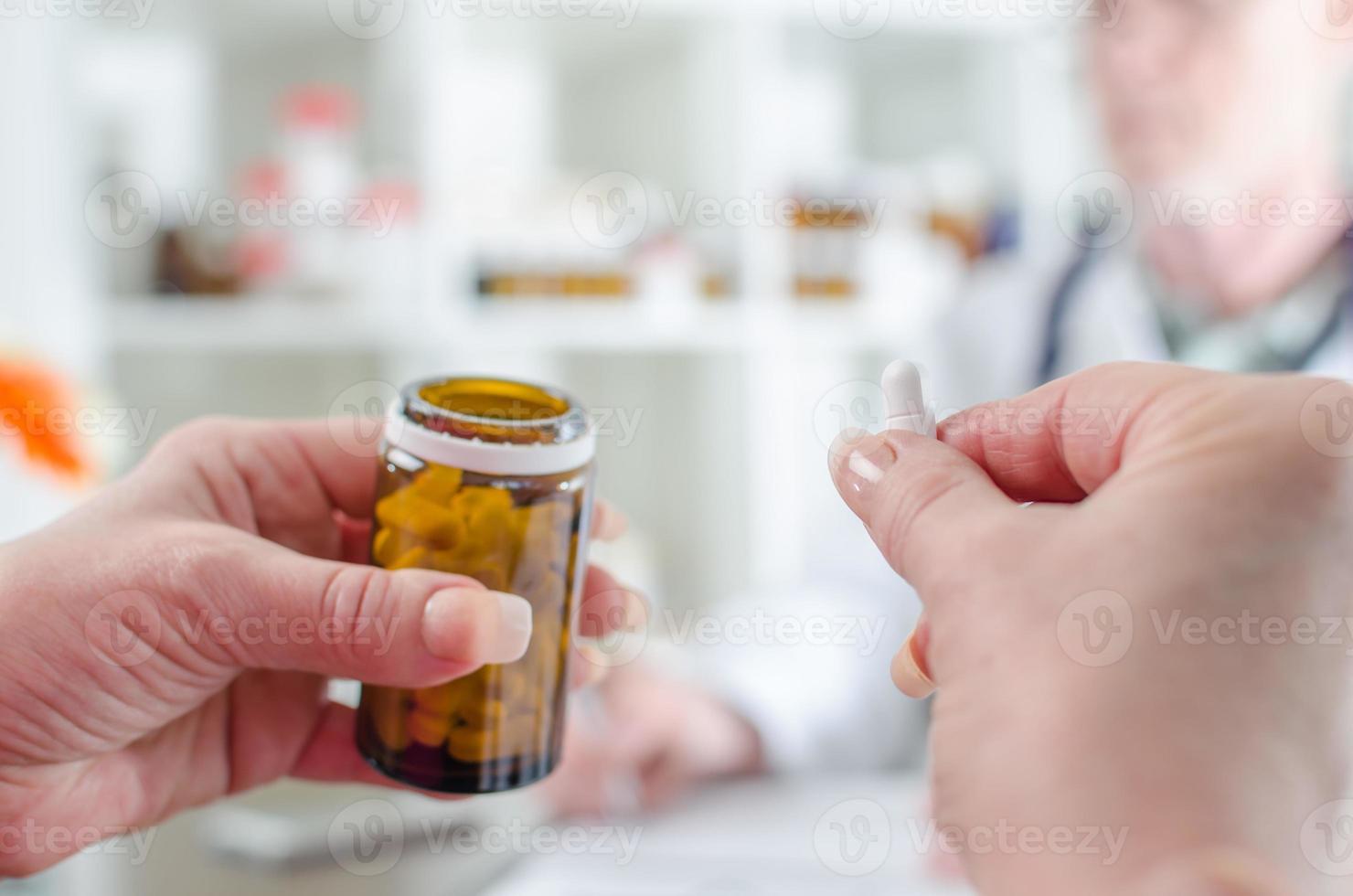paziente in possesso di una pillola in studio medico foto